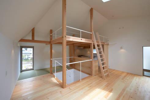 階段を中心にスペースが囲む: (有)菰田建築設計事務所が手掛けた廊下 & 玄関です。
