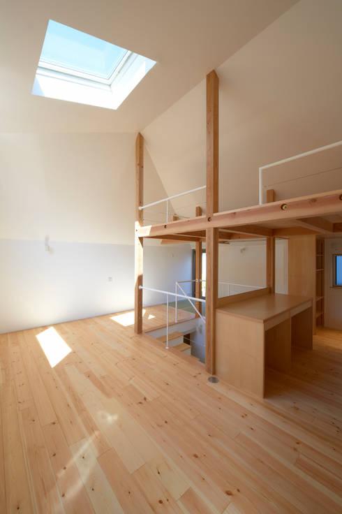 リビング: (有)菰田建築設計事務所が手掛けたリビングです。