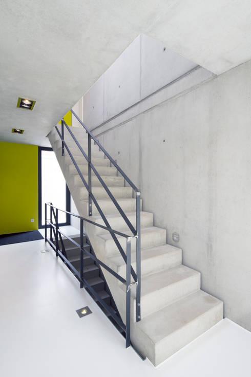 Einfamilienhaus KN08 auf dem Schurwald:  Flur & Diele von Schiller Architektur BDA