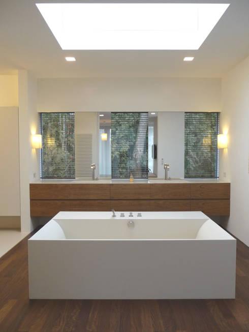 Badewanne mit Glasoberlicht: moderne Badezimmer von GESSNER INNENARCHITEKTUR