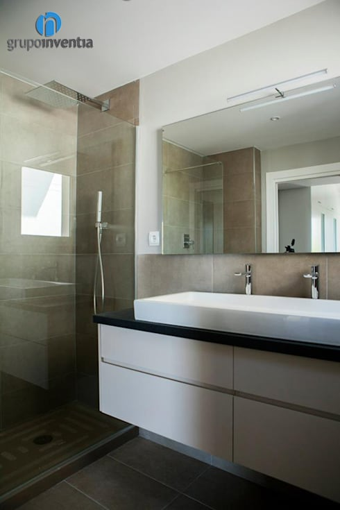 Reforma de baño: Baños de estilo mediterráneo de Grupo Inventia