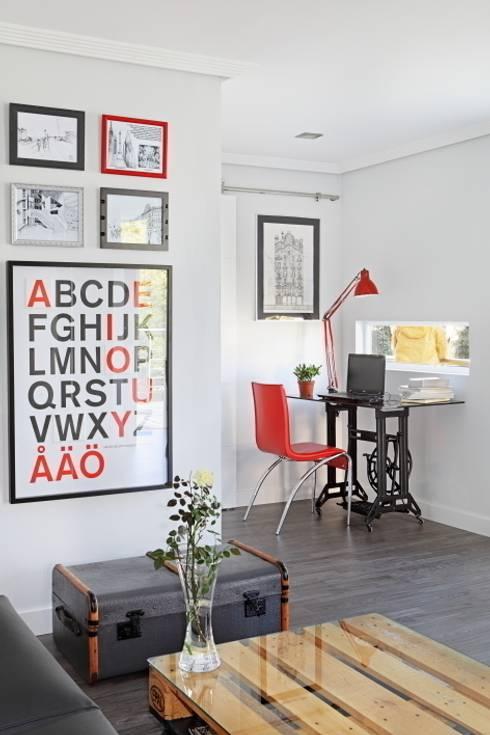 Salón y zona de estudio: Estudios y despachos de estilo ecléctico de BATLLÓ CONCEPT