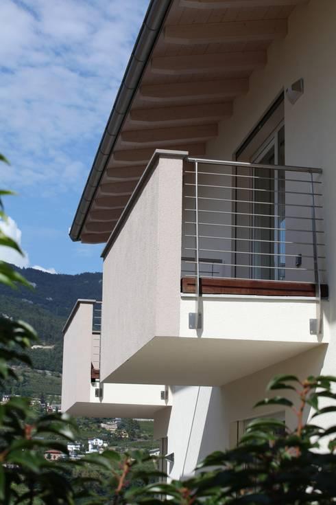 Casa Rialti, un mix tra innovazione e tradizione: Terrazza in stile  di STP srl