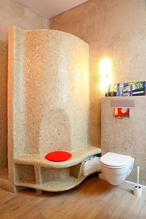 BLUEGRAY: Baños de estilo ecléctico de Sucursal urbana universo Sostenible