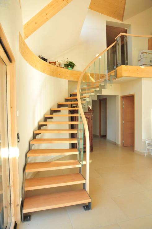 escalier en crémaillère: Couloir, entrée, escaliers de style de style Moderne par AtjM