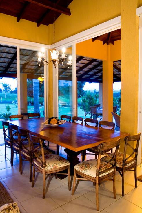 FAZENDA SAN RAFAEL: Salas de jantar coloniais por DUPLA ARQUITETURA ESTRATÉGICA