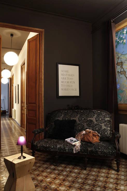 Pasillos y recibidores de estilo  por Deu i Deu