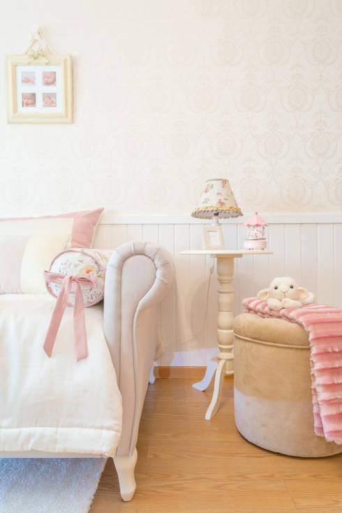 Quarto Maria - Quarto Provençal: Quartos de criança clássicos por Ângela Pinheiro Home Design
