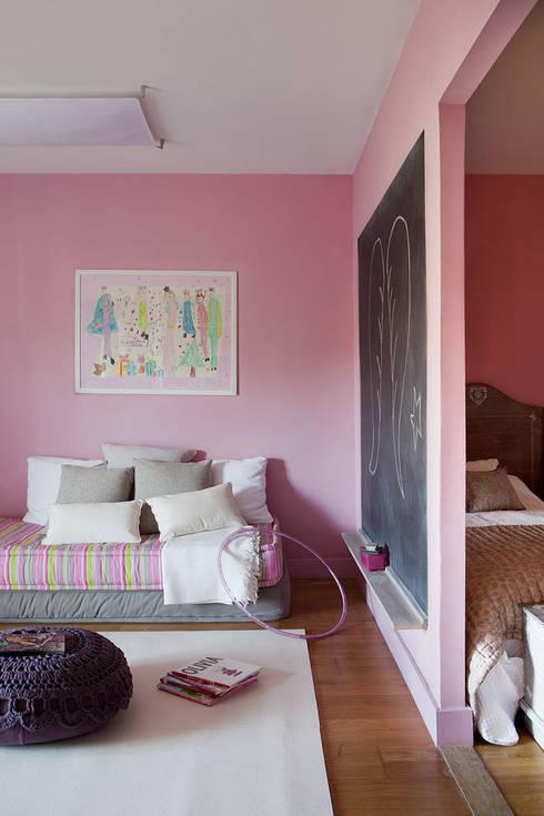 Ático en Sant Cugat. 2011: Dormitorios infantiles de estilo ecléctico de Deu i Deu