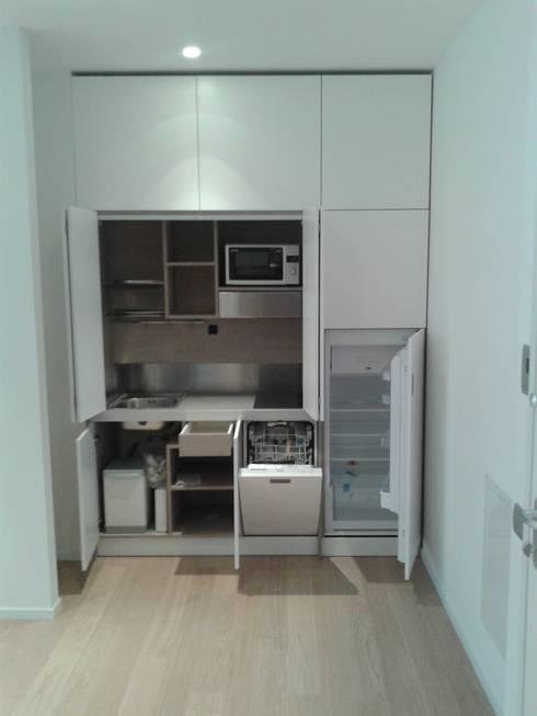 Cucine a scomparsa monoblocco da cm.200 con ante - aperta: Cucina in stile  di MiniCucine.com