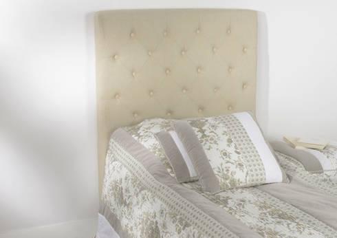 Cabecero de lino en beige con capitoné: Dormitorios de estilo moderno de TILBURY DECORACIÓN