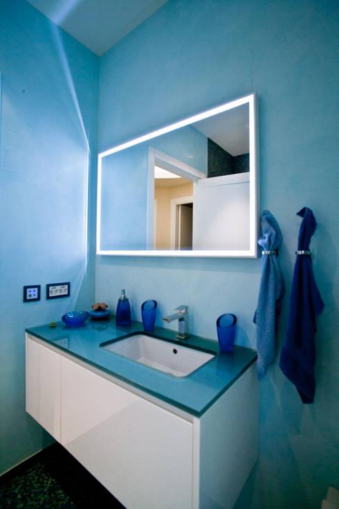 Banheiro  por Studio Farina Zerozero - Foto & Video