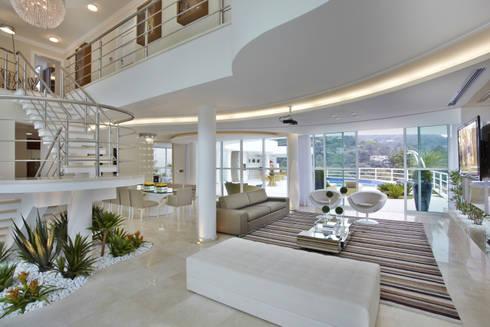 Casa da Serra: Salas de estar modernas por Arquiteto Aquiles Nícolas Kílaris