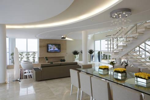 Casa da Serra: Salas de jantar modernas por Arquiteto Aquiles Nícolas Kílaris