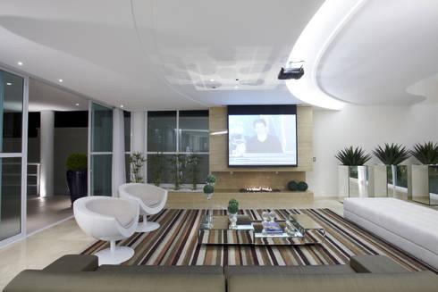 Casa da Serra: Salas multimídia modernas por Arquiteto Aquiles Nícolas Kílaris