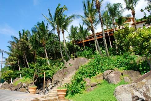 Residência FS – Ilhabela, SP: Jardins tropicais por Gil Fialho Paisagismo