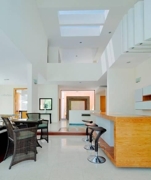 Salas / recibidores de estilo  por Excelencia en Diseño