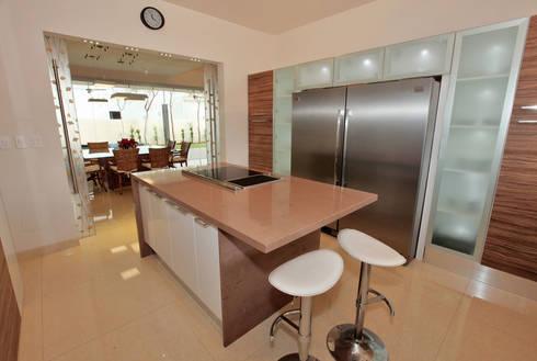 cocina funcional: Cocina de estilo  por AMEC ARQUITECTURA