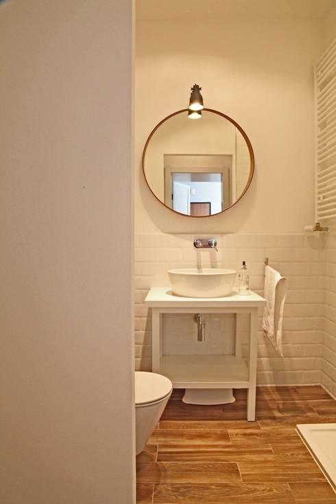 mała biała łazienka gościnna w szafie - projekt i realizacja Anyform: styl , w kategorii Łazienka zaprojektowany przez anyform