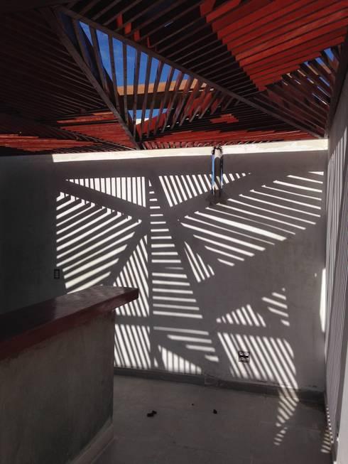 Pérgola Árvore e sua sombra: Terraços  por Raquel Pelosi Arquitetura e Design Visual