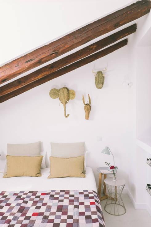 Buhardilla zona Malasaña, Madrid 2015: Dormitorios de estilo mediterráneo de nimú equipo de diseño