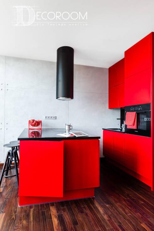 Loft z intensywną czerwienią : styl , w kategorii Kuchnia zaprojektowany przez Decoroom
