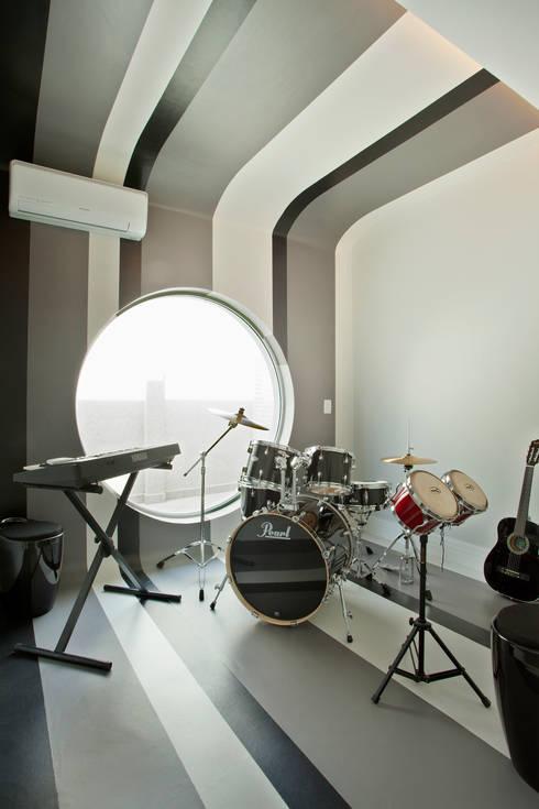 Casa Swiss Park Campinas II: Salas multimídia modernas por Designer de Interiores e Paisagista Iara Kílaris
