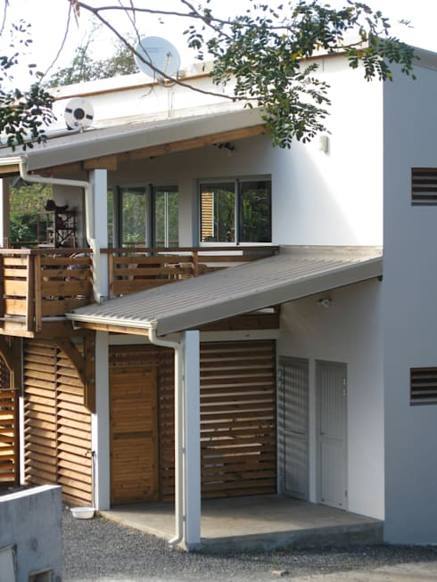 LAUTE house - outside view - détail: Maisons de style de style Tropical par STUDY CASE sas d'Architecture