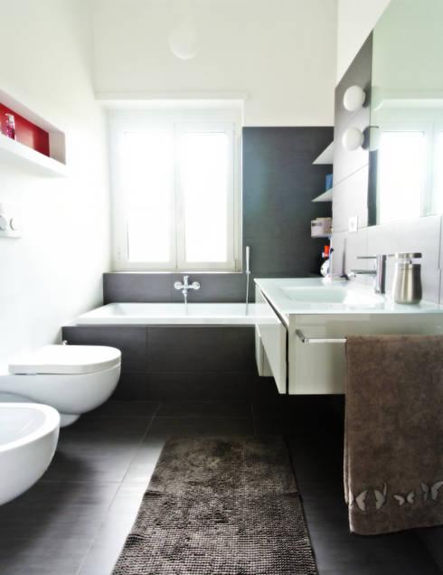 Open space e colore per una giovane famiglia: Bagno in stile in stile Moderno di Archgallery