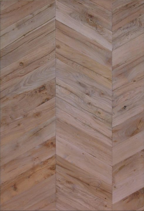 Pavimento in legno vecchio a spina di pesce: Pareti & Pavimenti in stile in stile Rustico di Moreno Donati