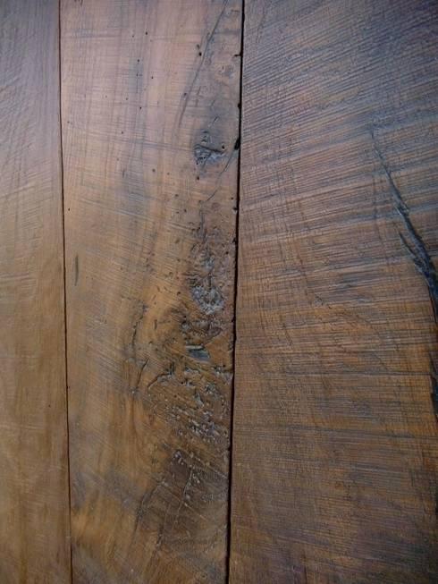 Pavimento in legno vecchio, finitura segato a mano: Pareti & Pavimenti in stile  di Moreno Donati