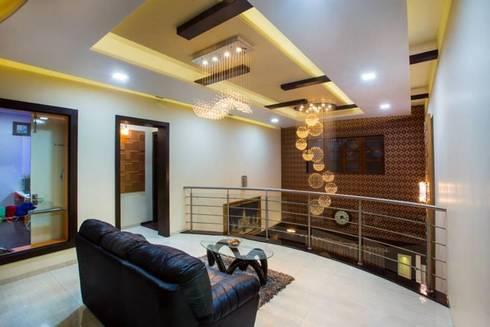 Mr Mulla Residence :  Corridor & hallway by Srujan Interiors & Architects Pvt Ltd