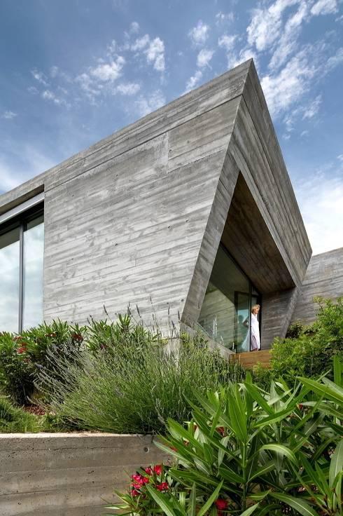 Ventanal de la suite principal.: Casas de estilo moderno de VelezCarrascoArquitecto VCArq