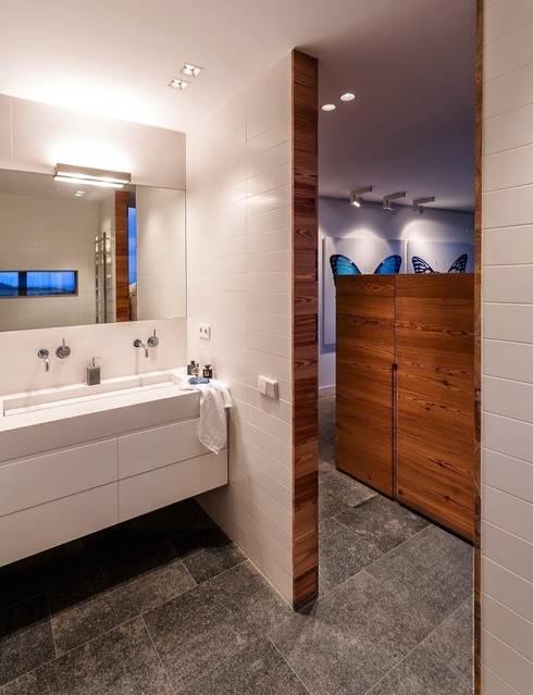 Zonas húmedas, la belleza de la sencillez.: Baños de estilo moderno de VelezCarrascoArquitecto VCArq