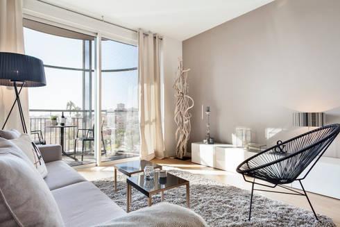 PISO PILOTO EN BARCELONA CUIDAD todo decorado por HOME DECO by JUDITH FARRAN : Salones de estilo moderno de Home Deco Decoración