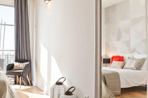 PISO PILOTO EN BARCELONA CUIDAD todo decorado por HOME DECO by JUDITH FARRAN : Dormitorios de estilo moderno de Home Deco Decoración