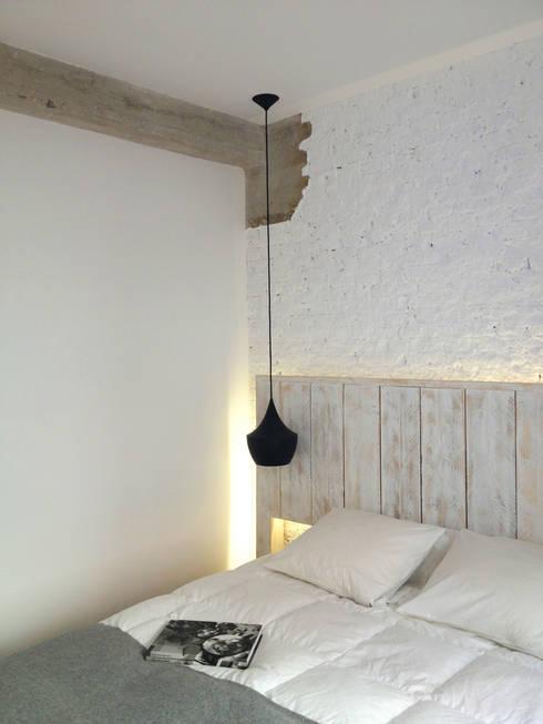 Dormitorio principal: Dormitorios de estilo moderno de B-mice Design + Architecture