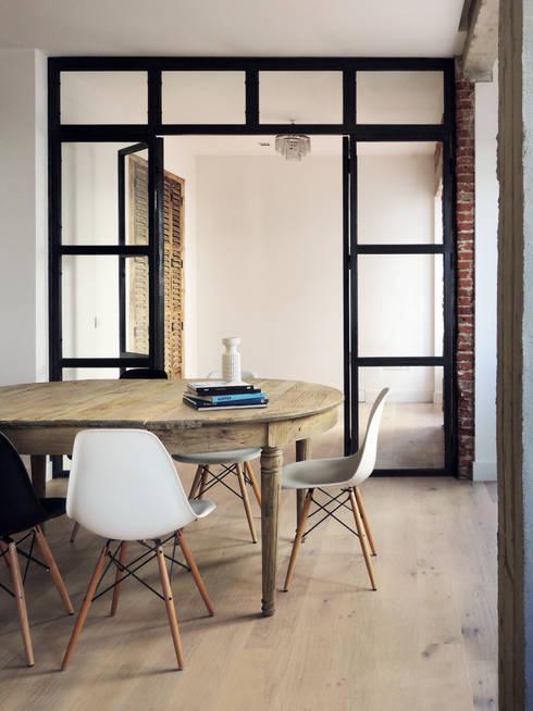 Reforma Piso Madrid: Comedores de estilo moderno de B-mice Design + Architecture