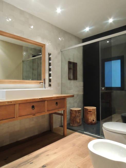 Baño principal: Baños de estilo moderno de B-mice Design + Architecture
