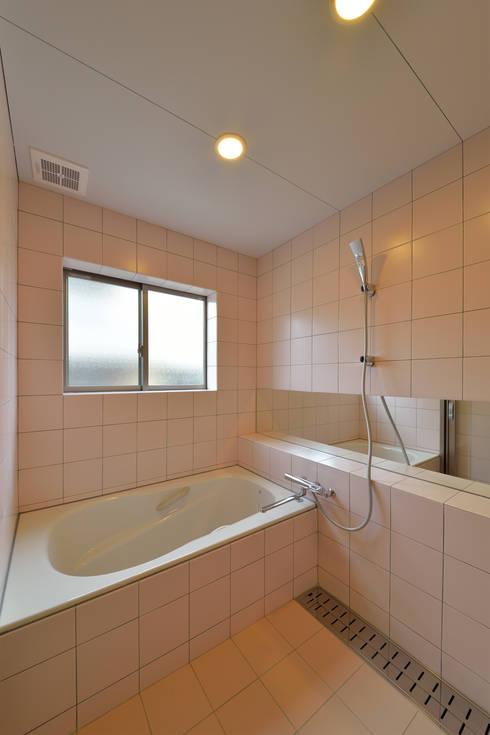 立体の家: プラソ建築設計事務所が手掛けた浴室です。