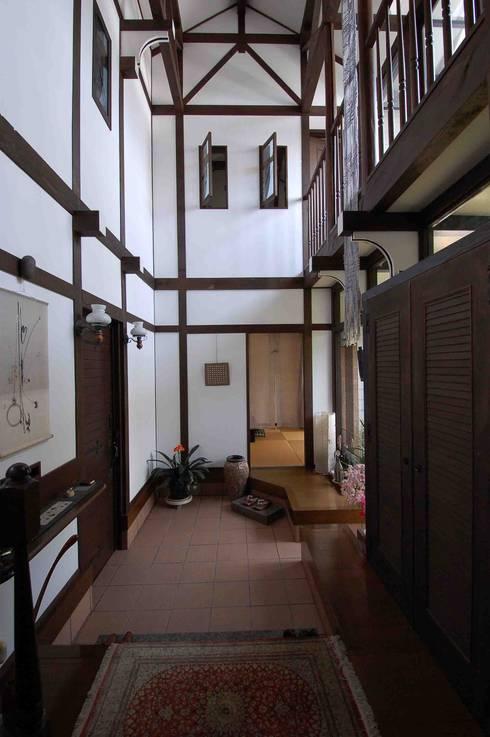 玄関ホール(階段下から和室をみる): 株式会社 央建築設計事務所が手掛けた廊下 & 玄関です。