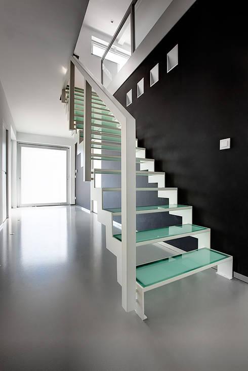 Geschilderde stalen trap met glazen treden:  Gang, hal & trappenhuis door YBIS