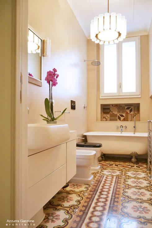Baños de estilo clásico por Azzurra Garzone architetto