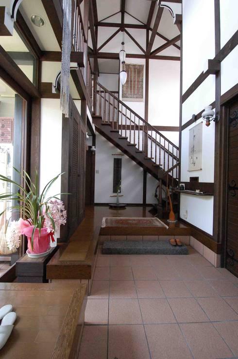 Corridor & hallway by 株式会社 央建築設計事務所