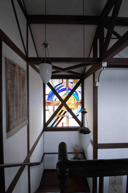ステンドガラス: 株式会社 央建築設計事務所が手掛けた廊下 & 玄関です。