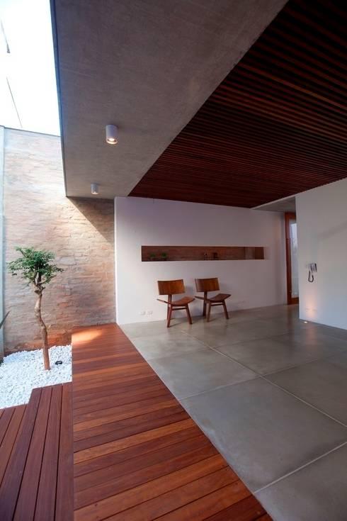 Hiên, sân thượng by Ana Sawaia Arquitetura
