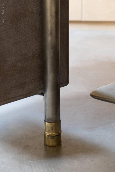 """Bureau """"4postes"""" - vue intérieure et détail d'un pied: Bureaux de style  par Jean Zündel meubles rares"""
