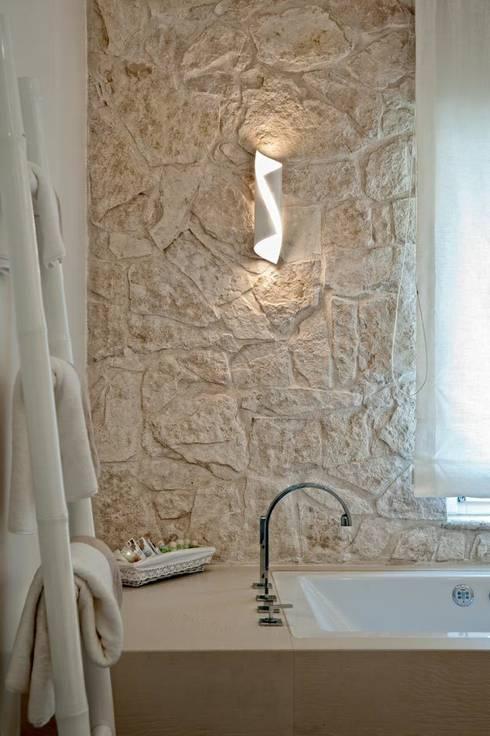 White Light: Pareti in stile  di Francesca Ignani Interiors