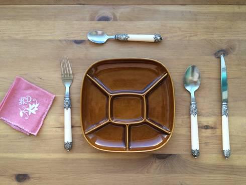 Platos compartimentales.: Comedor de estilo  de Meublé