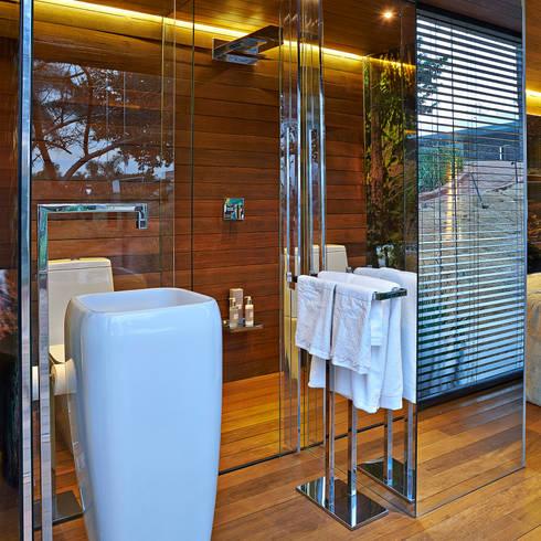 Pocket House: Banheiros modernos por Cristina Menezes Arquitetura